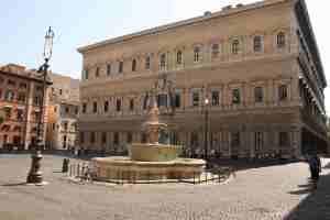 piazza_farnese-wikimedia-commons